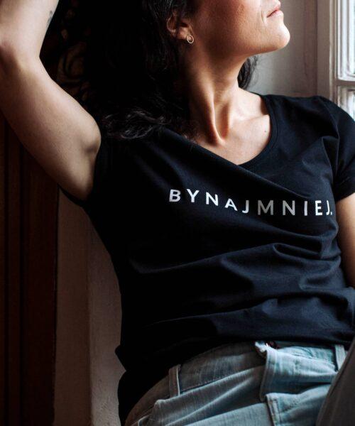 animush t-shirt czarny z nadrukiem bynajmniej